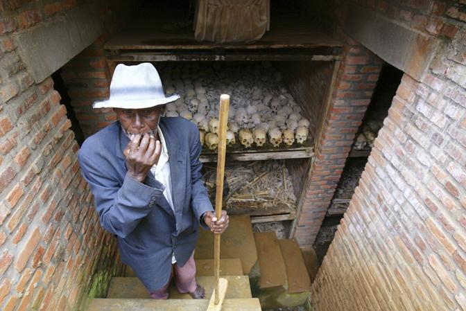 Aprile 2004: il custode di una fossa comune davanti a una chiesa di Nyanza, in Rwanda. Nel genocidio del 1994 sono state uccise circa 800mila persone in cento giorni (Radu Sigheti/Reuters)