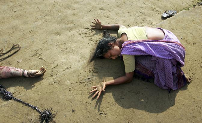 Dicembre 2004: una donna piange i familiari morti per lo tsunami nella città di Cuddalore, in India. Le vittime della catastrofe sono state circa 230mila (Arko Datta/Reuters)