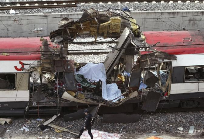 Marzo 2004: un treno distrutto nella stazione di Atocha, a Madrid, dopo gli attacchi simultanei rivendicati da Al Qaeda che hanno fatto quasi 200 vittime (Andrea Comas/Reuters)