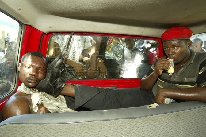 Marzo 2004: un uomo arrestato ad Haiti perché sospettato di diversi omicidi per conto dell'ex presidente Jean Bertrand Aristide, eletto nel 2000 e deposto con un colpo di Stato ed esiliato in Sudafrica quattro anni dopo. L'uomo è stato poi lapidato e bruciato vivo (Daniel Aguilar/Reuters)