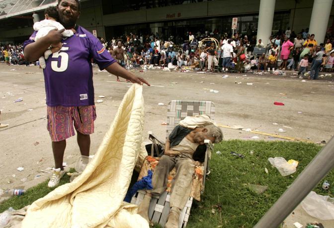 Settembre 2005: il cadavere di un uomo a New Orleans dopo il passaggio dell'uragano Katrina. Le vittime sono state quasi 2mila (Rick Wilking/Reuters)
