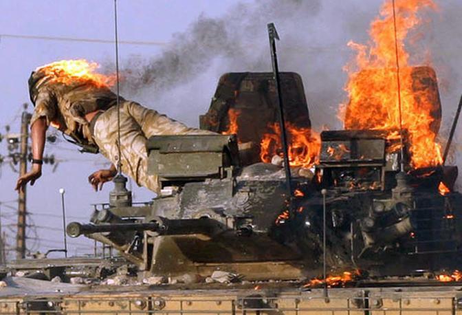 Settembre 2005: un miliare inglese si lancia fuori da un blindato in fiamme a Basra, in Iraq (Atef Hassan/Reuters)