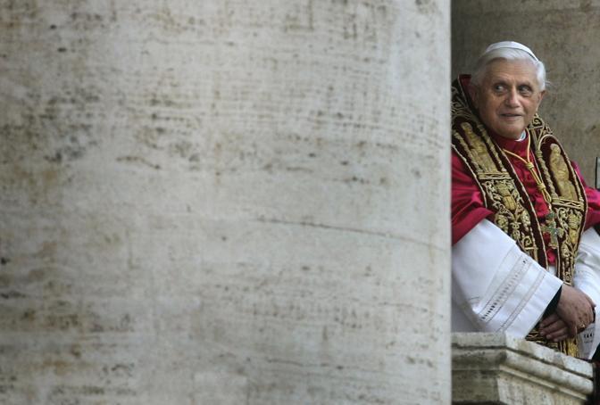 Aprile 2005: Joseph Ratzinger si affaccia dal balcone della basilica di San Pietro poco dopo la sua elezione a Papa con il nome di Benedetto XVI (Kai Pfaffenbach/Reuters)