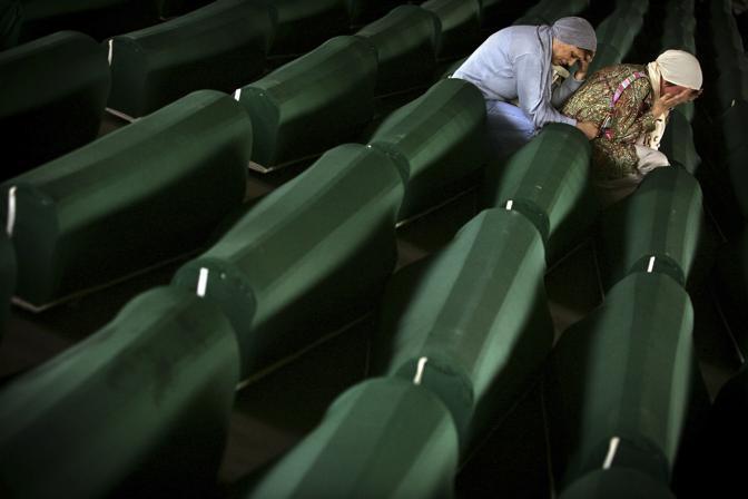 Luglio 2005: due donne bosniache piangono sui resti dei loro cari a Potocari, dove sono stati radunati i corpi di alcune vittime del massacro di Srebrenica. Si stima che i morti siano stati circa 8mila (Damir Sagolj/Reuters)