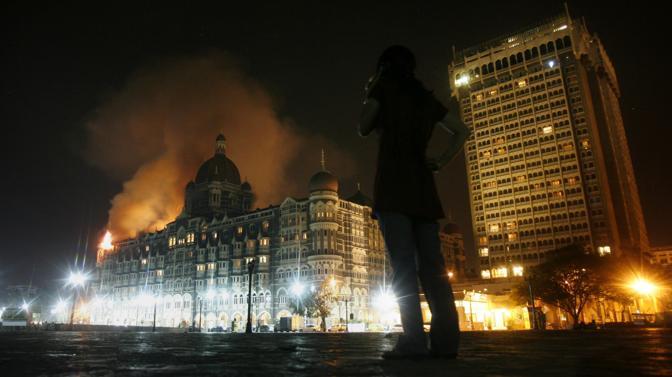 Novembre 2008: l'attacco contro il Taj Hotel a Mumbai. Le vittime degli attentati coordinati contro i centri nevralgici della città indiana sono state più di cento, tra loro anche un italiano (Arko Datta/Reuters)