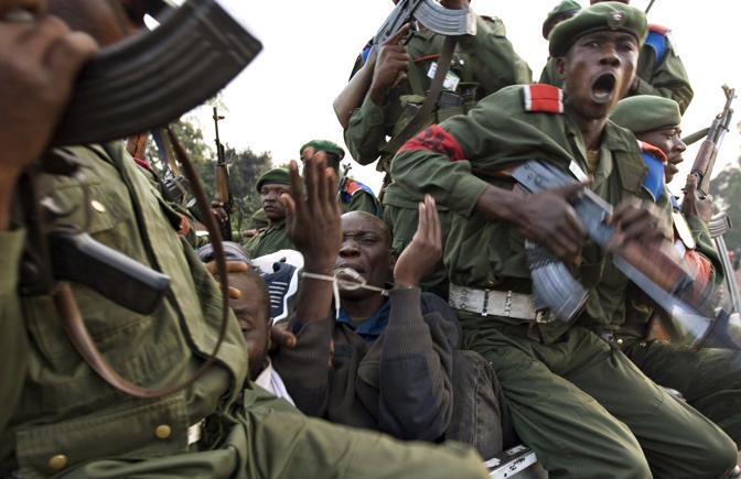 Novembre 2008: un uomo arrestato dalle forze governative in Congo perché sospettato di essere un ribelle (Finbarr O' Reilly/Reuters)