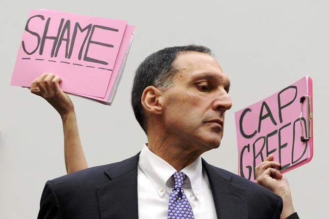 Ottobre 2008: cartelli di protesta contro Richard Fuld, presidente della Lehman Brothers, chiamato a testimoniare dal governo Usa dopo il crac della società finanziaria (Jonathan Ernst/Reuters)