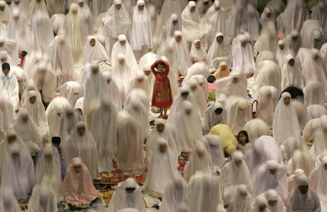 Agosto 2008: musulmani in preghiera in una moschea di Surabaya, a Giava, nel primo giorno del Ramadan (Sigit Pamungkas/Reuters)