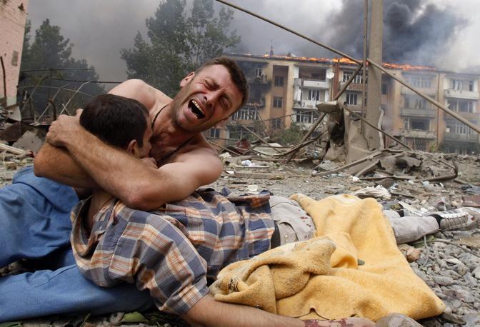 Agosto 2008: un georgiano piange la morte di un parente dopo un bombardamento delle forze russe a Gori (Gleb Garanich/Reuters)