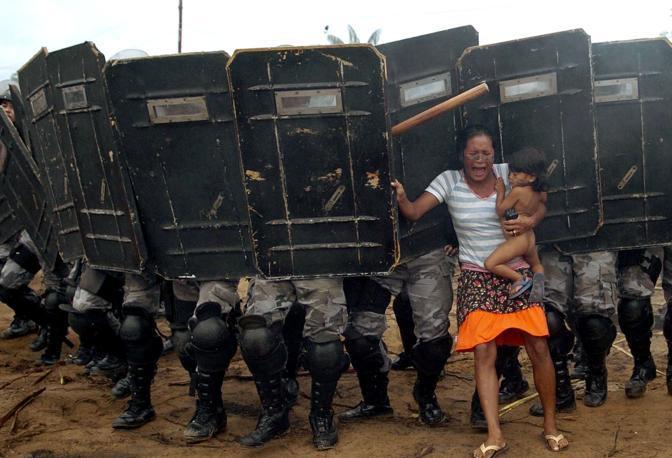Marzo 2008: una donna cerca di opporsi alla polizia durante un'operazione di sgombero di esponenti del movimento Sem Terra da una proprietà privata a Manaus, in Amazzonia (Luiz Vasconcelos/Reuters)