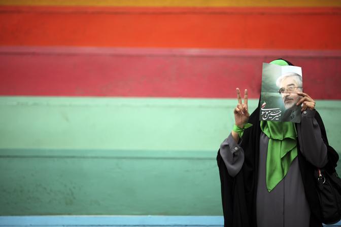 Giugno 2009: una sostenitrice dell'ex primo ministro iraniano Mousavi prima delle elezioni presidenziali che hanno assegnato la vittoria a Mahmoud Ahmadinejad (Damir Sagolj/Reuters)