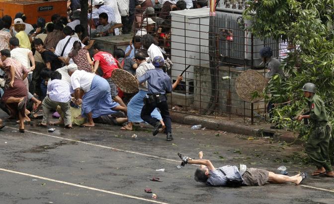 Settembre 2007: un giornalista giapponese dell'Afp, Kenji Nagai, colpito a morte dalla polizia durante una manifestazione a Yangon, nel Myanmar (Adrees Latif/Reuters)