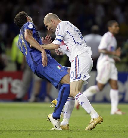 Luglio 2006: Marco Materazzi cade a terra dopo la testata di Zinedine Zidane durante la finale del Mondiale di calcio in Germania (Peter Schols/Reuters)