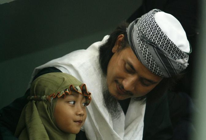 Ottobre 2007: il terrorista indonesiano Imam Samudera, alias Abdul Aziz, parla con sua figlia nella prigione di Batu, sull'isola Kambangan. Insieme ad altre due persone è stato condannato a morte per gli attentati del 2002 a Bali (Beawiharta/Reuters)