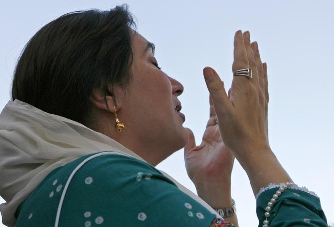 Ottobre 2007: Benazir Bhutto prega a Karachi. Tornata in Pakistan dopo un esilio di otto anni, è stata uccisa il 27 dicembre 2007 in un attacco suicida al termine di un suo comizio a Rawalpindi (Petr Josek/Reuters)