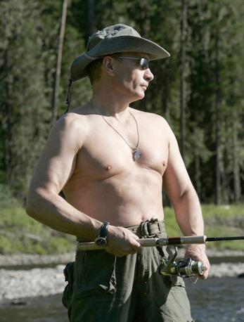 Agosto 2007: il presidente russo Vladimir Putin pesca nel fiume Yenisei in Siberia (Ria Novosti/Reuters)