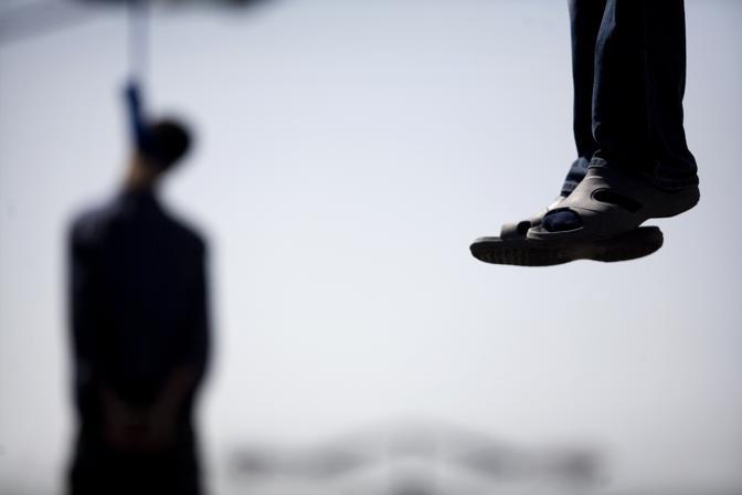 Agosto 2007: due persone impiccate a Teheran: Majid e Hossein Kavousifar erano stati condannati per aver ucciso un giudice che aveva incarcerato diversi riformisti dissidenti (Morteza Nikoubazl/Reuters)