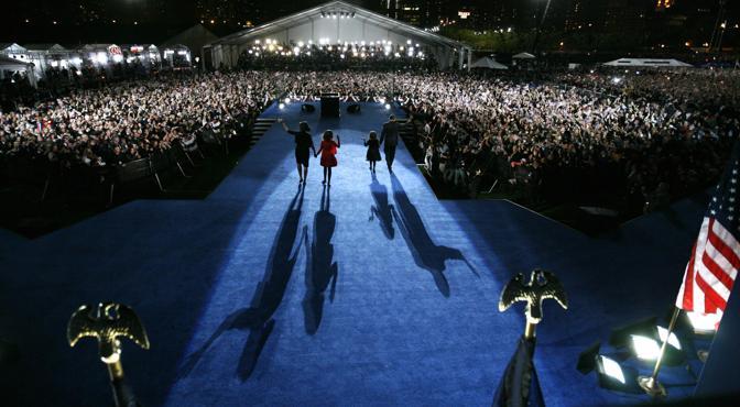 Novembre 2008: Barack Obama e famiglia salutano i sostenitori dopo la vittoria alle elezioni presidenziali (Gary Hershorn/Reuters)
