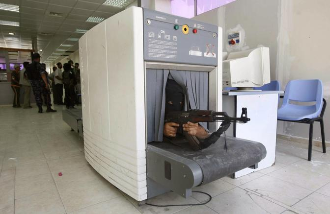 Giugno 2007: un miliziano di Hamas nascosto in uno scanner nel valico di Rafah, tra Egitto e Gaza (Ibraheem Abu Mustafa/Reuters)