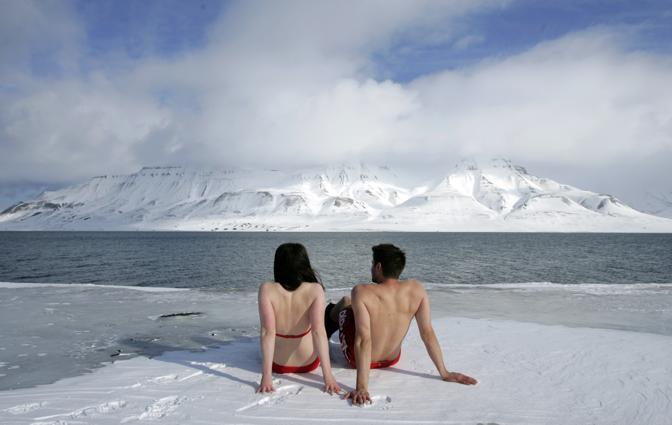Aprile 2007: gli ecologisti Lesley Butler e Rob Bell in costume sul fiordo di Longyearbyen, in Norvegia, durante una manifestazione contro i cambiamenti climatici (Francois Lenoir/Reuters)