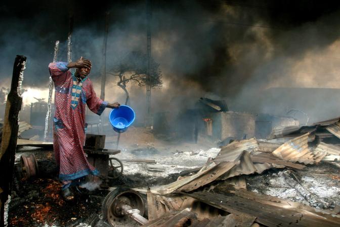 Dicembre 2006: l'esplosione di un oleodotto a Lagos in Nigeria. Le vittime sono state circa 500 (Akintunde Akinleye/Reuters)