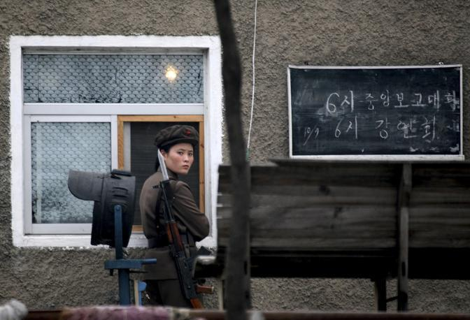 Ottobre 2006: un soldato nordcoreano di guardia a Sinuiju, al confine con la Cina (Reinhard Krause/Reuters)