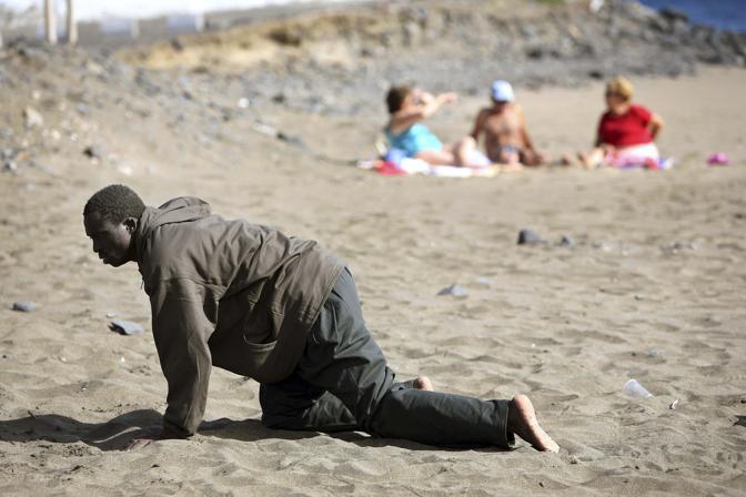 Maggio 2006: un africano approda su una spiaggia delle isole Canarie (Juan Medina/Reuters)
