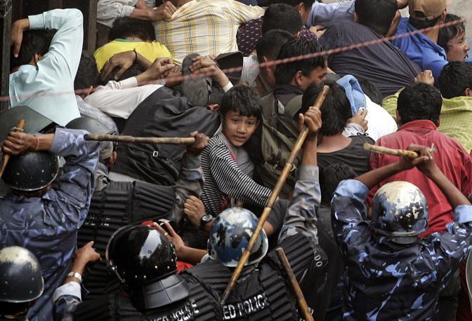 Aprile 2006: scontro tra poliziotti e oppositori del re Gyanendra a Kathmandu, in Nepal (Adrees Latif/Reuters)