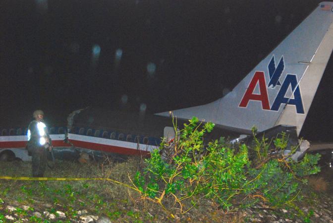 Il velivolo spezzato e i primi soccorsi (Afp)