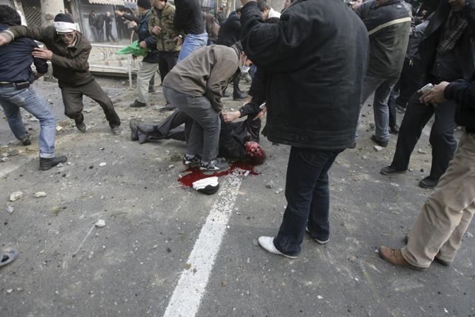 Violenti scontri e vittime a Teheran, nel giorno dell'Ashura, la più importante festa sciita. Secondo diversi siti vicini all'opposizione iraniana, la polizia ha sparato sui manifestanti, uccidendo almeno quattro persone. Ai media stranieri, dopo le controverse elezioni di giugno, è stata vietata la copertura diretta delle proteste dell'opposizione. Le foto che arrivano dalla capitale iraniana vengono fornite alle agenzie internazionali  da reporter indipendenti presenti sul luogo (Ap)