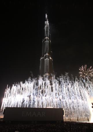 La cerimonia di inaugurazione a Dubai del Burj Khalifa, il grattacielo più alto del mondo con i suoi 828 metri (Epa)