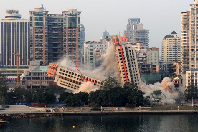 Cina la demolizione fallita for Edificio di 10000 piedi quadrati