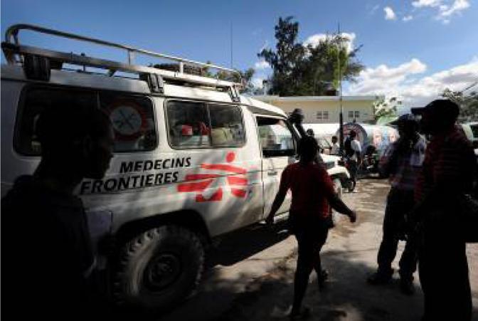 Medici senza frontiere gestiva tre ospedali che sono stati gravemente danneggiati dal terremoto. Nelle prime 24 ore dopo il sisma, grazie comunque all?immediato allestimento di strutture di fortuna, i team dell'associazione internazionale hanno curato più di 900 feriti. I chirurghi hanno iniziato una corsa contro il tempo per curare quanti più feriti possibile prima che le ferite s?infettino. Le equipe di MSF, composte da 100 operatori internazionali e centinaia di collaboratori haitiani, lavorano adesso in cinque diversi ospedali a Port-au-Prince, ma solo due sale operatorie sono pienamente funzionanti, e una terza sala operatoria è stata allestita per interventi minori a causa del massiccio afflusso di pazienti e l'assenza di strutture di riferimento funzionanti