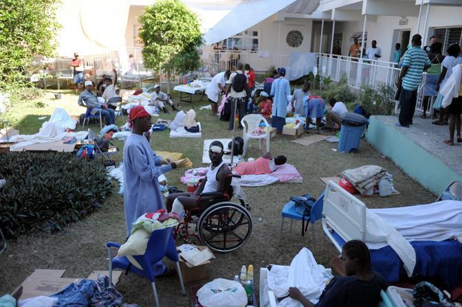 Ad Haiti una delle emergenze del post-terremoto è la cura dei feriti: diverse organizzazioni si sono attivate per allestire ospedali da campo e sale operatorie a Port-au-Prince (Epa)