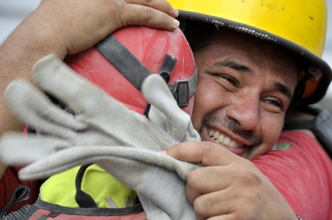 La gioia dei soccorritori messicani (Ap)