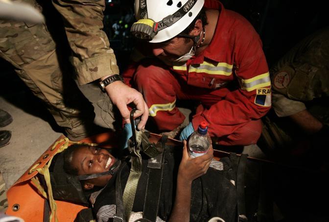 La 26enne salvata da soccorritori francesi (Epa)