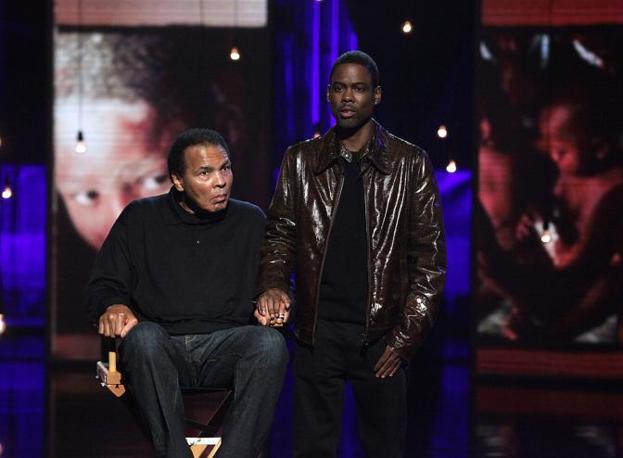 La leggenda del pugilato Muhammad Ali con Chris Rock (Ap)