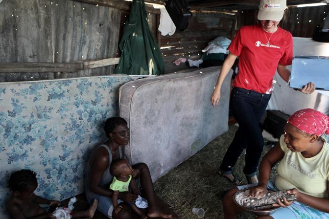 Kathryn Bolles, Direttore Salute e Nutrizione nelle Emergenze di Save the Children, in un campo sfollati, mentre promuove tra le neo mamme l?allattamento al seno