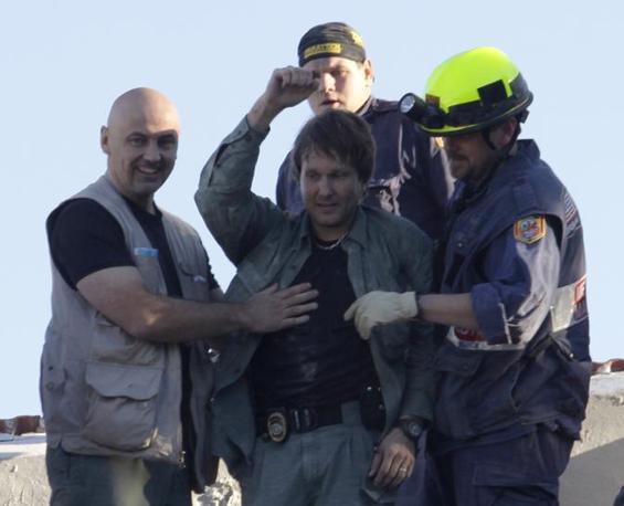 L'addetto dell'Onu Tarmo Joveer saluta dopo essere stato estratto incolume dalle macerie  (Reuters)