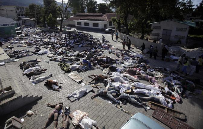 Decine di cadaveri ammassati davanti all'obitorio di Port-au-Prince (Ap)