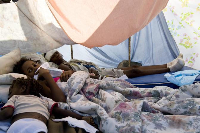 Alcuni feriti sotto una tenda allestita nel parcheggio dell'ospedale (Epa)