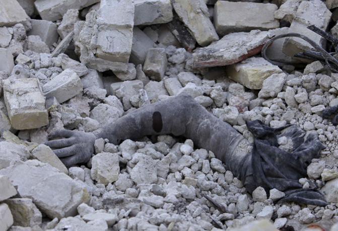 Una delle migliaia di vittime rimaste sotto le macerie (Ap)