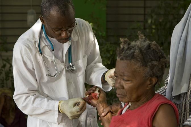 Un medico si prende cura di una donna ferita (Reuters)