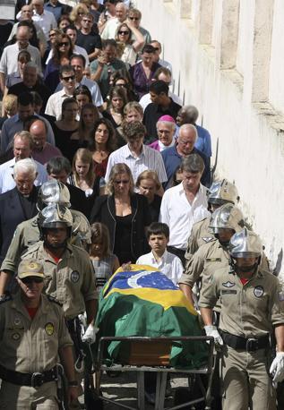 Il funerale  della dottoressa Zilda Arns, 75 anni. Ha lavorato tanto in Brasile per il poveri e lo faceva anche ad Haiti. La salma su un carro funebre dei vigili del fuoco a Curitiba (Reuters)