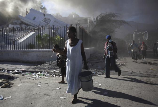 Una donna vaga per Port-au-Prince (Ap)