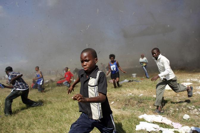 Bambini corrono all'arrivo di un elicottero Usa (Reuters)