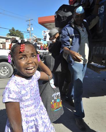 Una bimba piange in cerca della madre a Port au Prince (Afp)