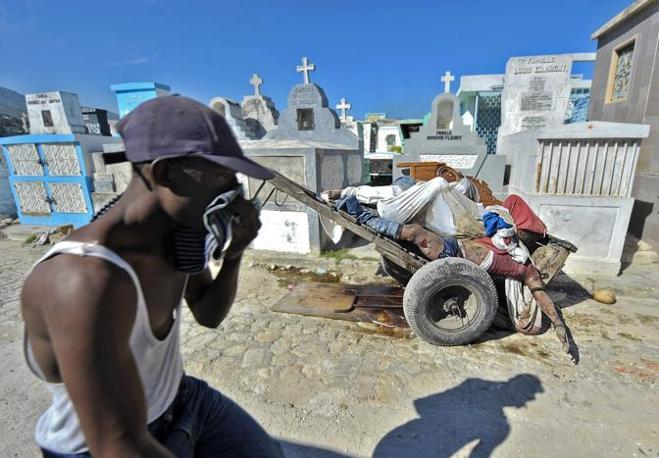 Un uomo al cimitero nazionale di Port au Prince (Ap)