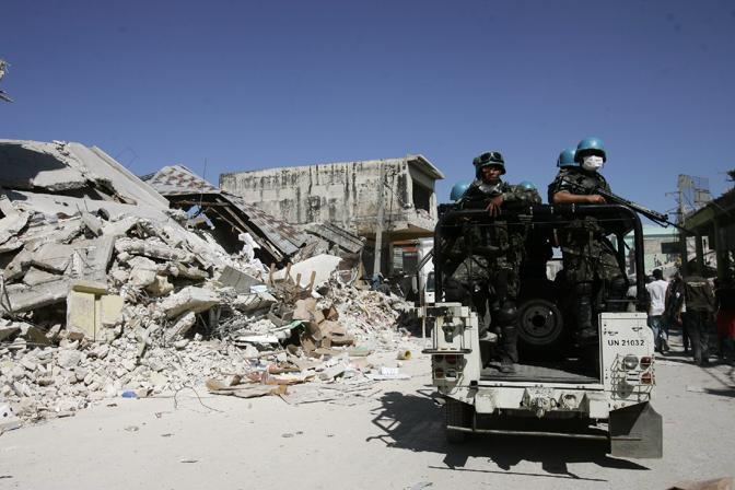 Caschi blu brasiliani pattugliano le strade di Port Au Prince (Epa)