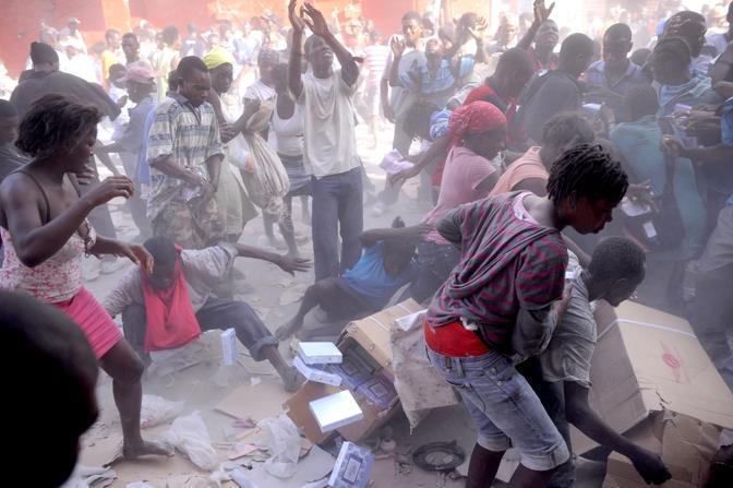 La lotta per prendere gli aiuti umanitari (Epa)